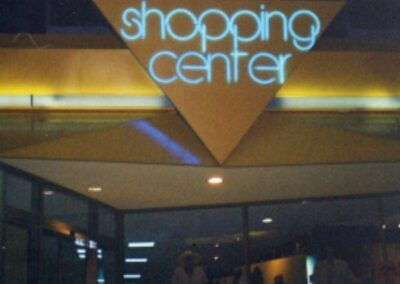 Lighting system for shopping center: Unique work, made of Plexiglas. The front panel that frames the entrance to the shopping center has a lighting system with neon tube powered by 220V.